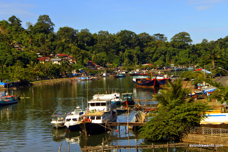Foto pelabuhan muaro dari Jembatan Siti Nurbaya