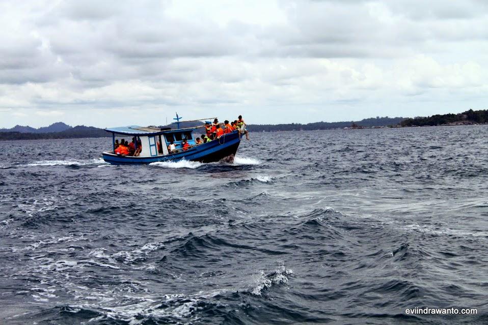 Berperahu menuju Pulau Lengkuas Belitung