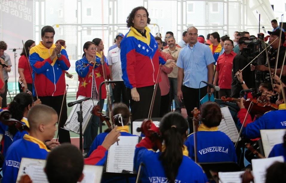 El Jefe de Estado entregó instrumentos a músicos del estado Vargas