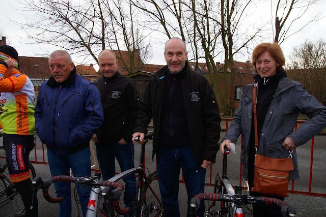 papa en mama Wallays laten de fietsen van hun zonen zegenen