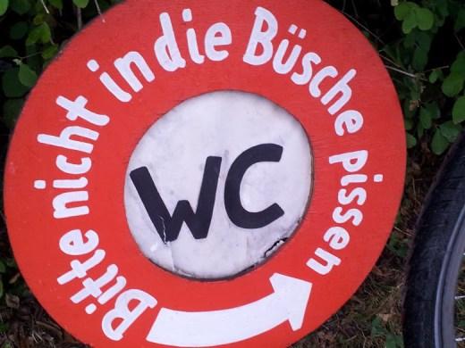 """Bild vom Schild mit Aufschrift: """"Bitte nicht in die Büsche pissen"""" ;)"""