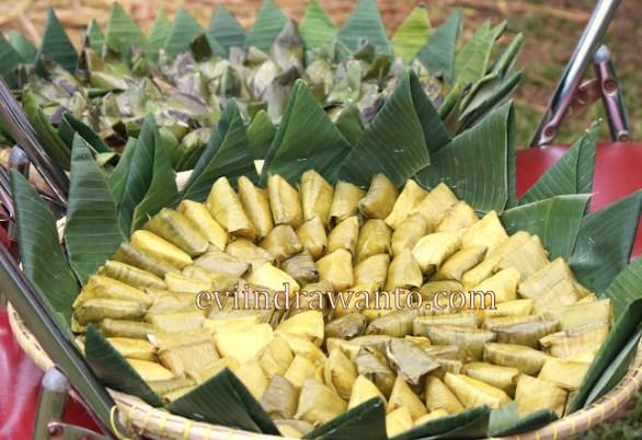 daun sebagai kemasan makanan Kue Pisang dan Lemper