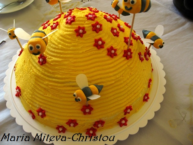 Тортата Медовик като кошер с пчели