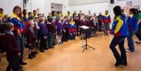 Las directoras de coros infantiles, quienes también cantan con la CNJSBV, dirigieron una sección vocal en la que los niños ingleses tararearon la popular canción Mariamoñitos