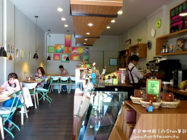 許多客人都在老巴咖啡館內靜靜看書