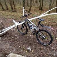 Un cycliste percute une barrière dans la Hardt