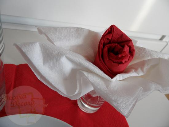 Doblar servilletas para mesa de San Valentín.