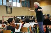 Sir Simon Rattle solo podrá ensayar dos veces con los niños antes de los conciertos del 10 y 11 de agosto