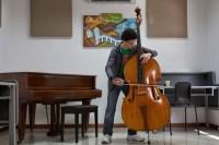 El joven Rubén Darío Rodríguez, contrabajista de la Sinfónica Juvenil de Caracas, fue el encargado de cerrar el acto con su presentación solista del preludio de la Suite n°1, de Johann Sebastian Bach