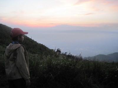 Zidan menatap daratan yang ada dibawah kaki gunung Penanggungan.
