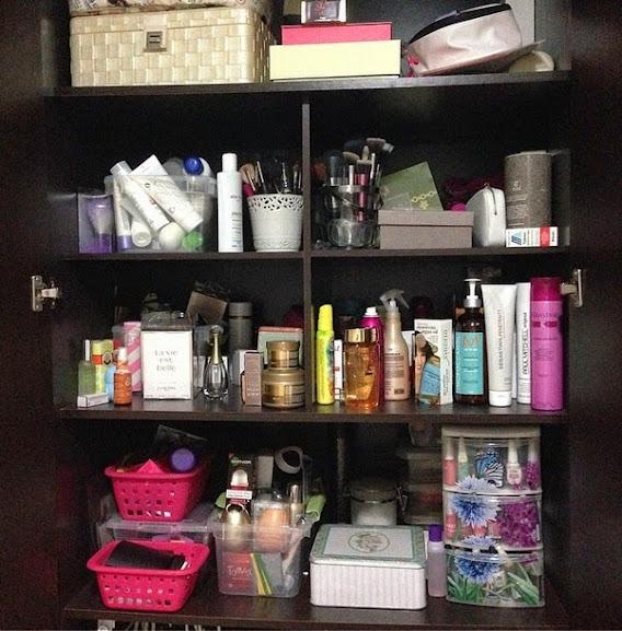 Armário lotado de cosméticos