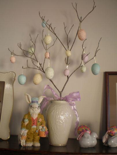 Decorar con un árbol de Pascua.