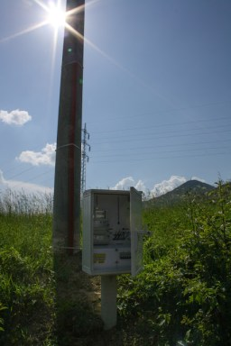 Stĺp a skrinka s elektromerom a ističmi