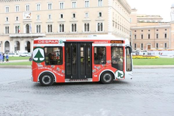 Im historischen Stadtzentrum verkehren kleine Elektrobusse.