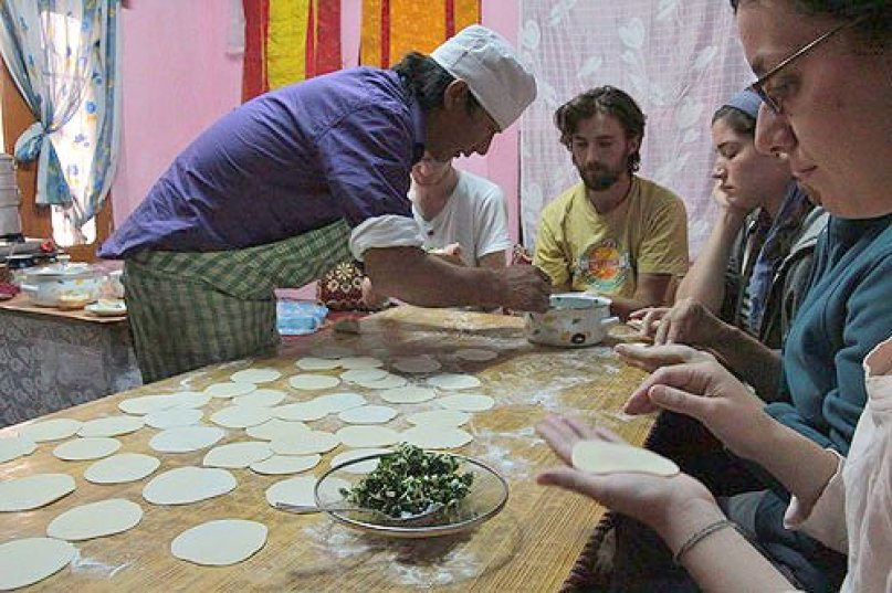 lhamos cooking class kitchen, taking a cooking class in india, tibetan momos, cooking class tibetan food, tibetan cuisine, dharamsala food