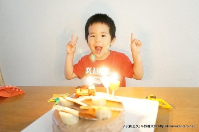 ケーキの前で嬉しそうな次男