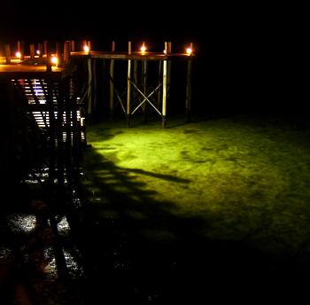 Acqua bassa sotto il pontile