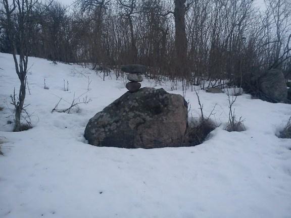 Stenar smekta samman i vintervåren i stillhet och medvetenhet.