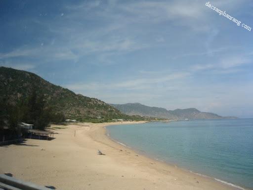 Một góc bãi biển Cà Ná với làn nước trong xanh