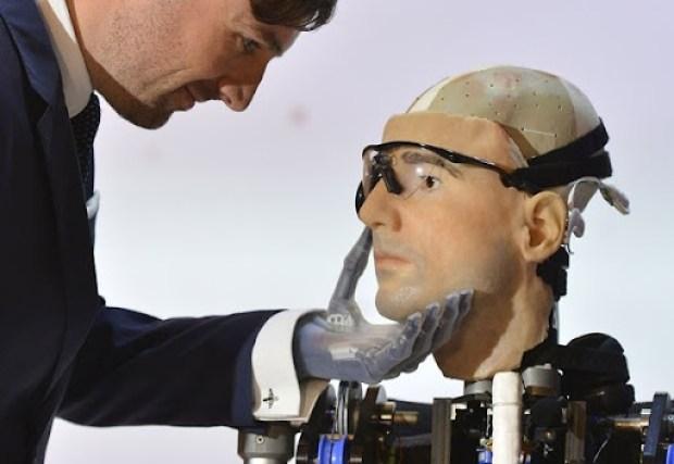 'Rex' é o primeiro homem biônico completo do mundo, segundo cientistas (Foto: Toby Melville/Reuters)