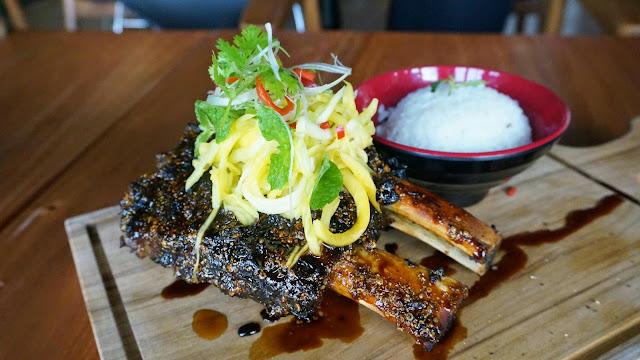 Iga Babi Panggang dengan BBQ Sauce disertai Kentang Goreng dan Gaslow Apel  (160k)