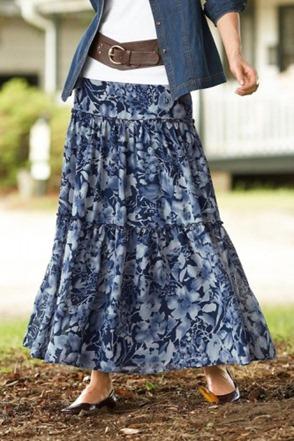 Jaqueta jeans com saia estampada em tons de azul