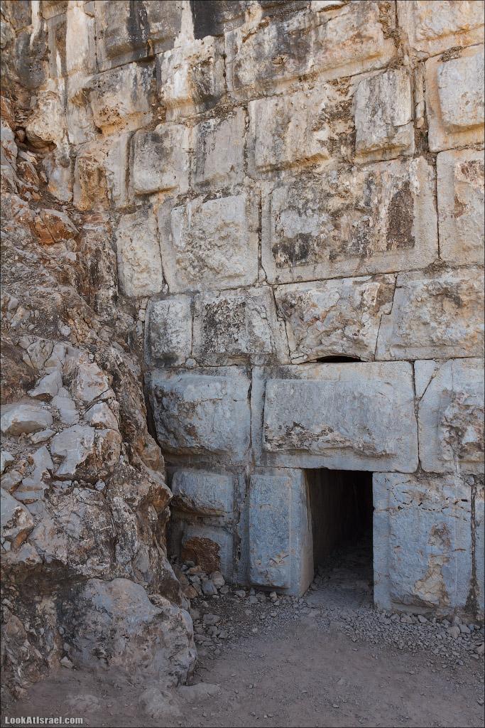 LookAtIsrael.com: Фото-блог о путешествиях по Израилю. Тель Авив, Иерусалим, Хайфа Вся эта стена, а она высока, держится на центральном верхнем камне (под аркой)