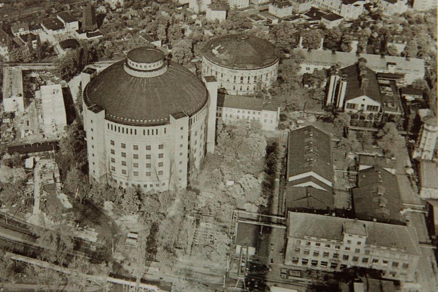 Дрезденский газовый завод, середина 70-х. На фото видно всего два газгольдера из трех. С остановкой газового завода первый газгольдер был разобран в 1974 году (фото: инфостенд Drewag)