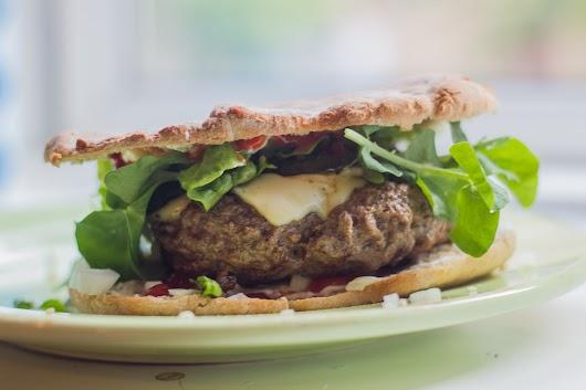 Improviseret burger med grillet squash, ærteskud og halveret pitabrød - Mikkel Bækgaards Madblog