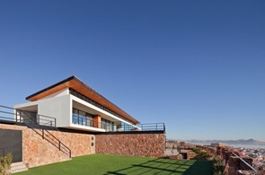Fachada-moderna-con-piedra-vista-casa-CC