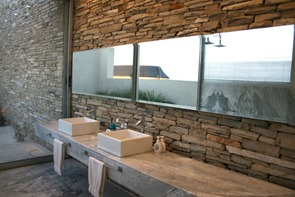 baño-de-diseño-pared-piedra-laja