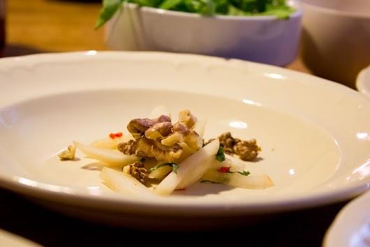 Anret pærer, chilie og valnødder pænt i en tallerken, inden du hælder suppen på