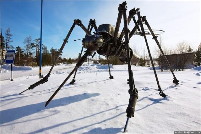 Escultura metálica de um mosquito