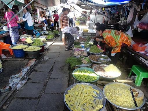 maeklong-railway-market-0