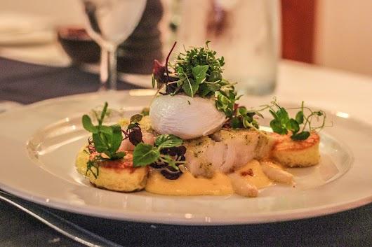Bagt torskeryg med pocheret æg og hollandaise hos Color Hotel Skagen - Mikkel Bækgaards Madblog