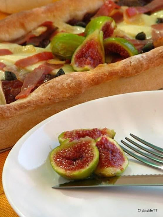 pizza sa slatkim od luka i smokava-4