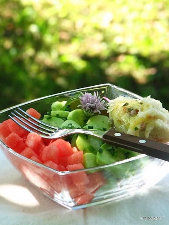 salata od lubenice, krastavaca i crvenog luka