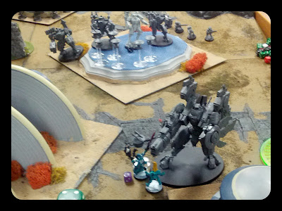 Eldrad and Fire Warrior in close combat with Riptide