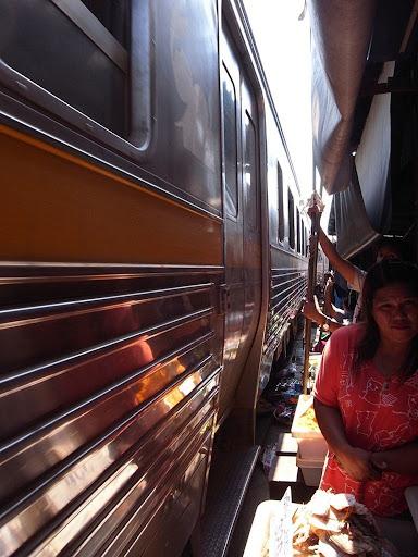 maeklong-railway-market-12