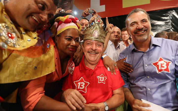 Lula e Nelson Pelegrino, candidato petista à Prefeitura de Salvador posam com baianas. Foto: Ricardo Stuckert/Instituto Lula