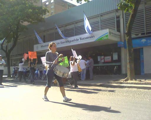 Manifestantes frente a la Municipalidad de SMT