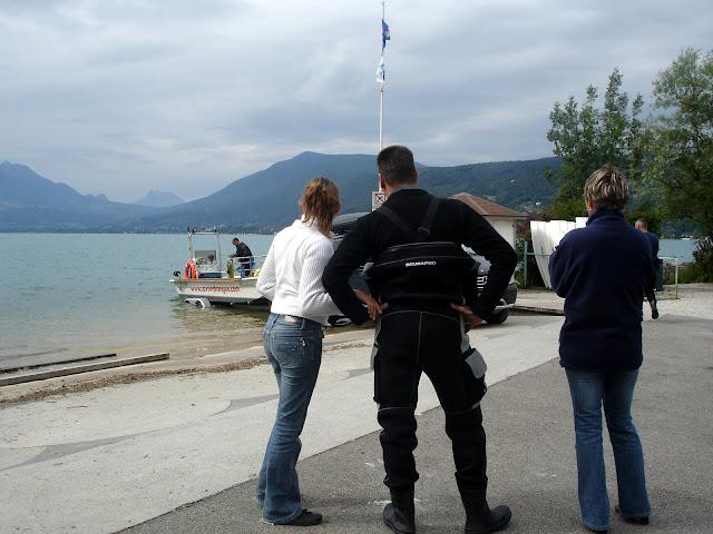Papa en pleine préparation psychologique en famille avant la plongée sur l'épave le France