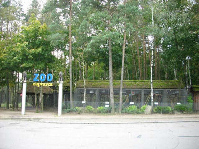 Wejście (ale czy na pewno?) do człuchowskiego zoo