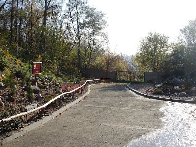 Za tą bramą znajdują się nowe tereny zoo