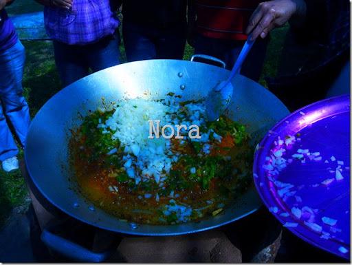Sigue el sofrito, primero el pimiento que es lo mas duro luego la cebolla con el ajo picados