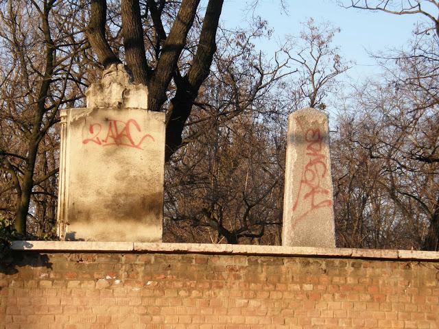 Fekvése [szerkesztés]  A sírkert az egykori Kerepesi országút (a mai Kerepesi út nyomvonala) közelében, Budapest VIII. kerületében található, a Fiumei út 16. szám alatt. Nyugatról a Fiumei út, délről a Salgótarjáni út, keletről az Asztalos Sándor utca, északról pedig a 2007-ben átadott Arena Plaza határolja. Területe 56 hektárt foglal el, ebből 24 hektár parkosított.[forrás?] A sírkert bejárata az é. sz. 47° 29' 45'' és k. h. 19° 5' 3'', mértani középpontja (Antall József sírhelye közelében) az é. sz. 47° 29' 41'' és k. h. 19° 5' 28'' pontján található. Részei [szerkesztés]  Magyar Nemzeti Panteon, munkásmozgalmi panteon, az 1848-49-es szabadságharcok sírkertje, a Magyar Tudományos Akadémia sírkertje, a művészparcella, az 1956-os forradalom és szabadságharc hőseinek sírkertje. Története [szerkesztés]  A temető megnyitása [szerkesztés] Az 1840-es évek közepén szembesült Pest városa azzal a gonddal, hogy az addig a város fő temetkezési helyeinek számító Váci úti (vagy Terézvárosi), Ferencvárosi és Józsefvárosi temetők helyhiánnyal küszködnek. 1847. június 15-én a magisztrátus a város akkori határában, a Kerepesi országút déli oldalán jelölte ki az új temető (Neuer Friedhof vagy Kerepescher Friedhof) helyét, amely a mainál jóval nagyobb területet, mintegy 130 hektárt foglalt el. A helyválasztás nem volt minden előzmény nélküli: a leendő sírkert szomszédságában már volt egy katonai (Militär Friedhof), valamint egy régen felhagyott, korábbi temető is. Az első szórványos – főleg ortodox szertartású – temetésekre ugyanezen év júliusától került sor, de az új pesti temetőt hivatalosan csak két évvel később, 1849. április 1-jén nyitották meg. Az első hivatalos temetési ceremóniát április 12-én rendezték meg. A pesti polgárok nem fogadták nagy lelkesedéssel az új sírkert megnyitását. Nem csupán az 1848–49-es forradalom és szabadságharc Pestet érintő hadmozdulatai nehezítették meg igénybevételét, de megközelítése sem volt könnyűnek mondható. A város legutolsó házai épphogy elér