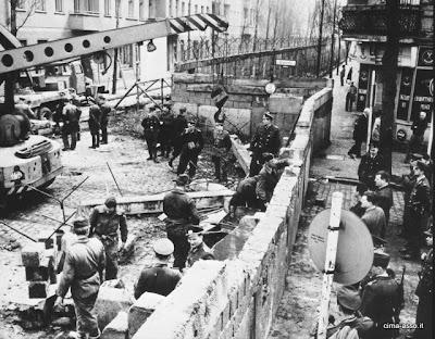 Il muro di Berlino in costruzione