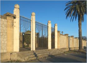 Sizilien - Santa Flavia - Die Außenmauer des Friedhofs - Im Inneren findet man eine interessante architektonische Stilmischung vom Jugendstil bis zum Faschismus