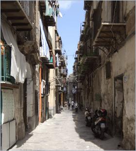 Sizilien - Palermo - Noch nicht renovierte Straße im historischen Viertel Kalsa