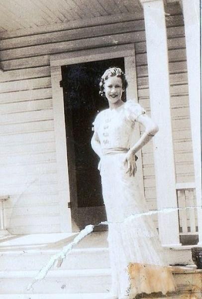 406px-Girl_in_Dallas_1930s